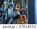 スポーツジムで運動する男性 37618531