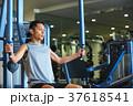 スポーツジムで運動する男性 37618541