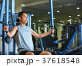 スポーツジムで運動する男性 37618548