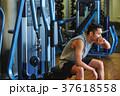 スポーツジムで運動する男性 休憩 37618558