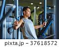 スポーツジムで運動する男性 37618572