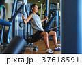 スポーツジムで運動する男性 37618591