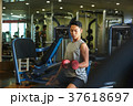 スポーツジムで運動する男性 37618697