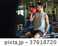 スポーツジムで運動する男性 37618720