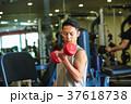 スポーツジムで運動する男性 37618738