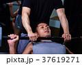 スポーツジムで運動する男性とトレーナー 37619271