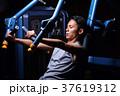 スポーツジムで運動する男性 37619312