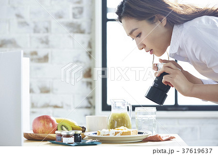 自作の朝ごはんを撮影するキャリアウーマン 37619637