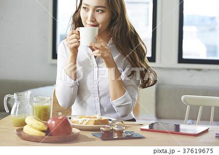 朝食を食べるキャリアウーマン 37619675