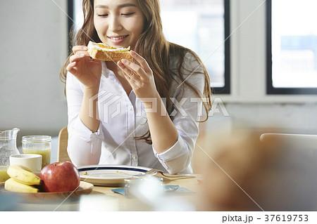 朝食を食べるキャリアウーマン 37619753