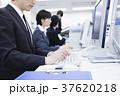 オフィス パソコン 男性の写真 37620218