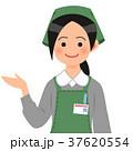 案内するスーパーの女性店員 37620554