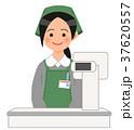 レジに立つスーパーの女性店員 37620557