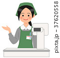 レジで案内するスーパーの女性店員 37620558