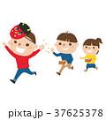 節分の日。赤鬼に豆をまいて楽しむ子どもたちのイラスト。 37625378
