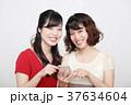 スマホとワンピースを着た二人の若い女性 37634604