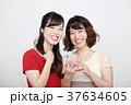 スマホとワンピースを着た二人の若い女性 37634605
