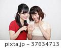 スマホとワンピースを着た二人の若い女性 37634713