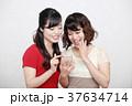 スマホとワンピースを着た二人の若い女性 37634714