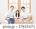 アジア人 ライフスタイル 座るの写真 37635471