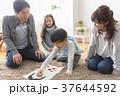 福笑いをする家族 37644592