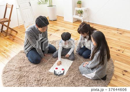福笑いをする家族 37644606