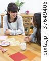 談笑する母と娘 37649406