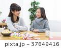 談笑する母と娘 37649416