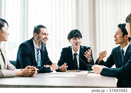 ビジネスシーン 日本人と外国人 37663882