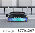 ソーラーパネルが備えているバス停に停車中の自動運転シャトルバス。省エネ交通機関のコンセプト 37701297
