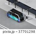 ソーラーパネルが備えているバス停に停車中の自動運転シャトルバスのアイソメイメージ 37701298