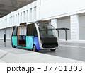 ソーラーパネルが備えているバス停に停車中の自動運転シャトルバス。省エネ交通機関のコンセプト 37701303