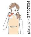 ドリンクを飲む女性 <オレンジ> 37707536