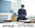 教室にいるグローブをした男子学生 37707693