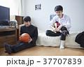 部屋で友達と遊ぶ学生 37707839