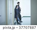 廊下で話す学生 37707887