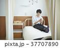 保健室でくつろぐ学生 37707890