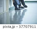 廊下で話す学生 37707911