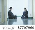 廊下で話す学生 37707960