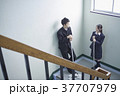 階段で話す学生 37707979