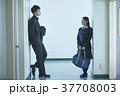 女性 二人 男子学生の写真 37708003