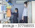 女性 二人 男子学生の写真 37708055