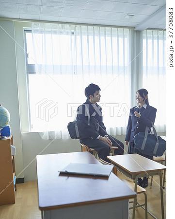 教室で話す学生 37708083