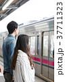 駅 人物 ホームの写真 37711323