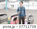 駅 男性 人物の写真 37711738