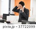 電話で謝るビジネスマン 37722099