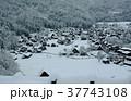 雪の白川郷合掌集落 37743108