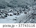 雪の白川郷合掌集落 37743116