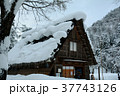 雪の白川郷合掌集落 37743126