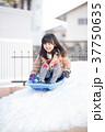 雪遊びをする女の子 37750635